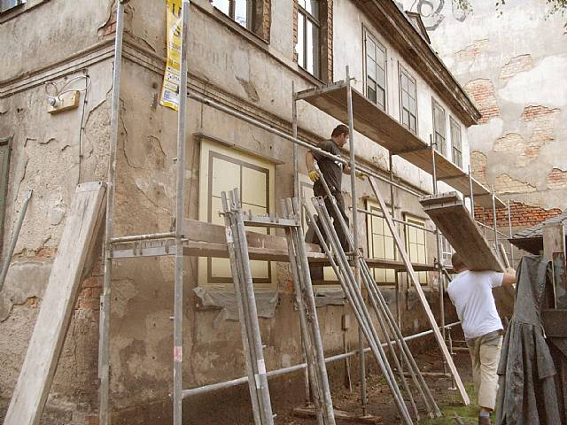 Aufstellen des Gerüstes für die Außenputzarbeiten (Juli 2008)