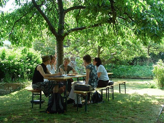 Besprechung im angrenzenden Garten (Sommer 2008)