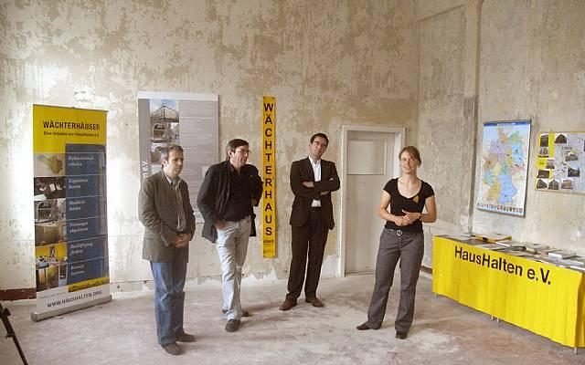 Er&#246;ffnungsrede<br>vrnl: Juliana Pantzer (Vorstandsmitglied HausHalten e.V.)&#044; Dr. Oliver Weigel (Bundesministerium f&#252;r Verkehr&#044; Bau und Stadtentwicklung)&#044; Karsten Gerkens (Leiter des Amtes f&#252;r Stadterneuerung und Wohnungsbauf&#246;rderung&#044; Leipzig)&#044; Gregor Hoffmann (Pressesprecher LWB)
