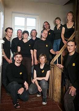 Mitglieder und Mitarbeiter des HausHalten e.V.<br>v.l.n.r.: Bertram Plate&#044; Volker Schulz&#044; Katrin Weber&#044; Tim Tr&#246;ger&#044; Stephen Freese&#044; Fritjof Mothes&#044; Alena Bleicher&#044; Juliana Pantzer<br>vorn: Uwe Lotan&#044; Susann Dannemann und Stephan Thomas<br>o.Abb.: Joachim Hain&#044; Rainer M&#252;ller&#044; Hannes Lindemann&#044; Corinna Debus&#044; Frank Schw&#228;rzel&#044; Jana Fischer&#044; Magdalena Bredemann&#044; David M&#252;ller und Anke Wagener